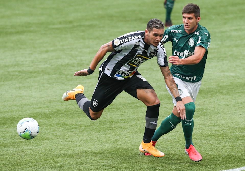 SAO PAULO, BRAZIL - FEBRUARY 02: Rafael Navarro of Botafogo and Kuscevic of Palmeiras fight for the ball during a match between Palmeiras and Botafogo as part of Brasileirao Series A at Allianz Parque on February 02, 2021 in Sao Paulo, Brazil. (Photo by Alexandre Schneider/Getty Images)