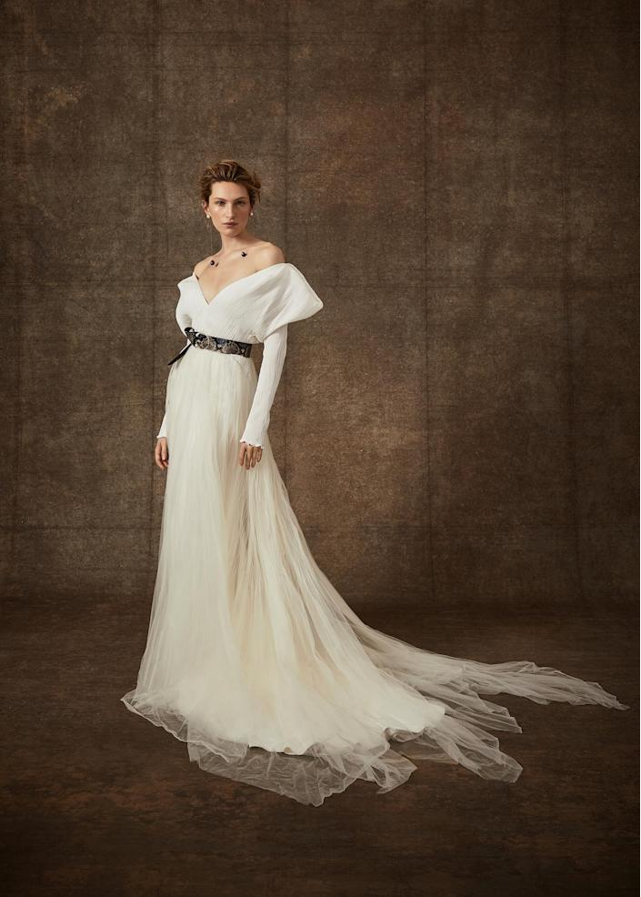 <p>Off-the-shoulder sleeves and a tulle skirt suddenly become more casual with the addition of a black belt.</p>
