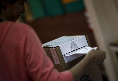 A woman casts her vote at a polling station in Buenos Aires, November 22, 2015. Argentines go to polls for the run-off presidential election. REUTERS/Marcos Brindicci