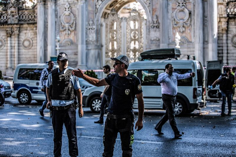 Turkish police work at the site where shots were fired on August 19, 2015 at the Dolmabahce palace in Istanbul (AFP Photo/Ozan Kose)