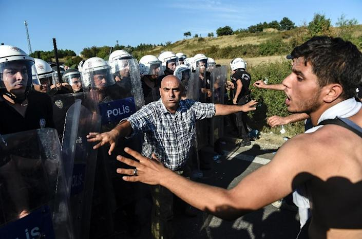 Syrians confront riot police in the Turkish city of Edirne on September 19, 2015 (AFP Photo/Bulent Kilic)