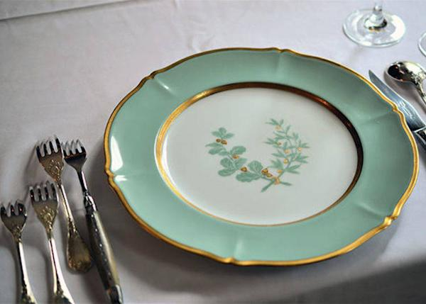 ▲ A custom-made Okura China plate with an oak leaf design based on the Murai family crest