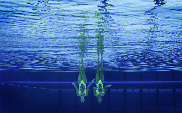 Italy's Giulia Lapi and Mariangela Perrupato are seen underwater as they perform in the synchronised swimming duets technical routine qualification round during the London 2012 Olympic Games at the Aquatics Centre August 5, 2012. REUTERS/Tim Wimborne (BRITAIN - Tags: SPORT OLYMPICS SWIMMING TPX IMAGES OF THE DAY)