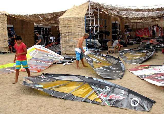 Windsurfing World Cup competitors prepare for their competition at Turkmenistan's new Caspian Sea resort of Avaza on July 1, 2014 (AFP Photo/-)