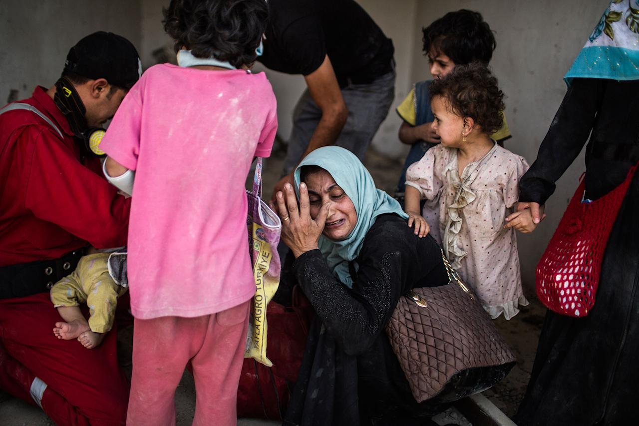 <p>A women cries hopelessly on the streets of Mosul. July 2, 2017. (Photograph by Diego Ibarra Sánchez / MeMo) </p>