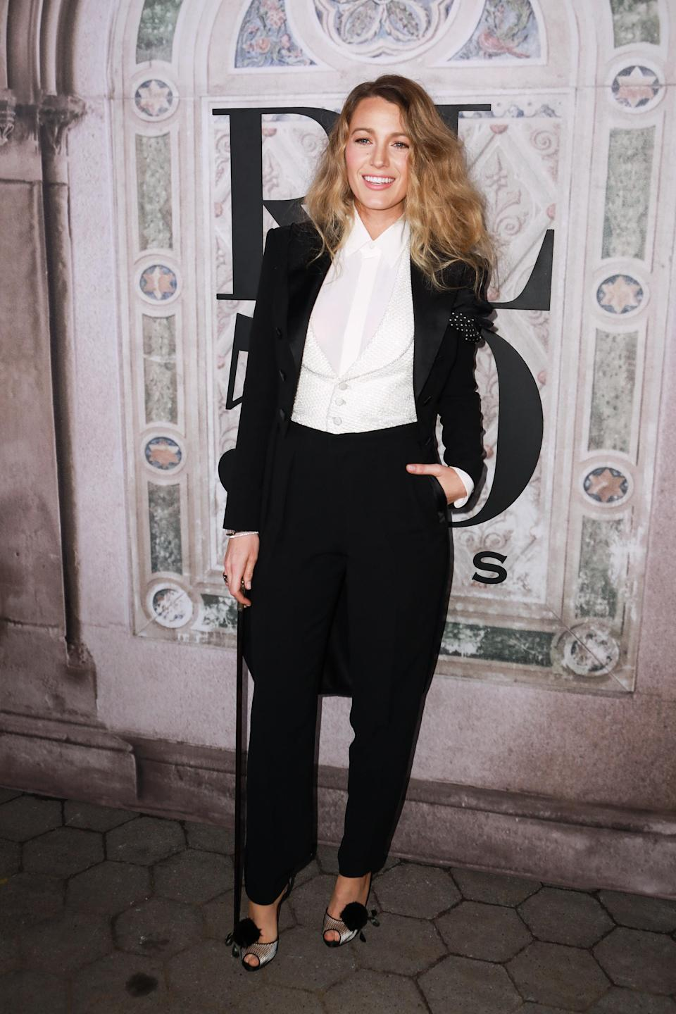 <p>Blake Lively also went for the androgynous vibe – complimenting her trouser with a cane and heels. <em>[Photo: Getty]</em> </p>