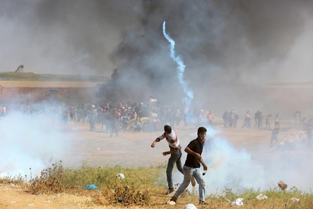 <p>Palestinians protesters during clashes with Israeli toops near the border with Israel in the east of Jabaliya refugee camp in the northern Gaza Strip, April 6, 2018. (Photo: Momen Faiz/NurPhoto via Getty Images) </p>