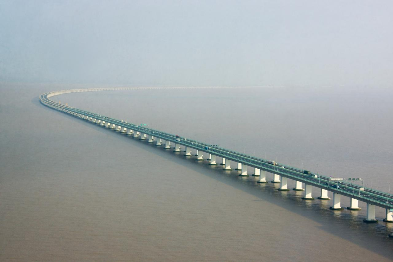 "China's <strong>Hangzhou Bay Bridge</strong>, which measures 22 miles long (making it the world's third longest bridge over the sea), provides stunning views of the surrounding water like virtually no other bridge in the world.""/><figcaption>پل بررگراه هانگژو بی با 22 کیلومتر طول بزرگترین راه دریایی است <br> </figcaption></figure>    <figure class="