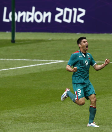 Mexico's Oribe Peralta celebrates scoring his second goal during the men's soccer final gold medal match (REUTERS)