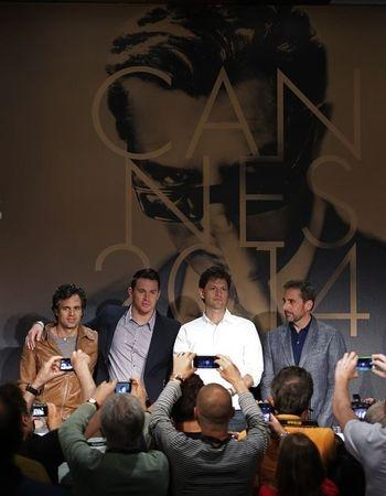 """Director Bennett Miller (2ndR) poses with cast members Mark Ruffalo (L), Channing Tatum (2ndL) and Steve Carell (R) before a news conference for the film """"Foxcatcher"""" in competition at the 67th Cannes Film Festival in Cannes May 19, 2014. REUTERS/Eric Gaillard"""