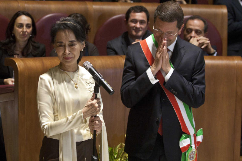 Aung San Suu Kyi, Myanmar's Nobel Peace Prize laureate and long-time political prisoner, speaks as Rome mayor Ignazio Marino looks at her, during a ceremony in which she received the honorary citizenship, in Rome, Sunday, Oct. 27, 2013. (AP Photo/Mauro Scrobogna, Lapresse) ITALY OUT