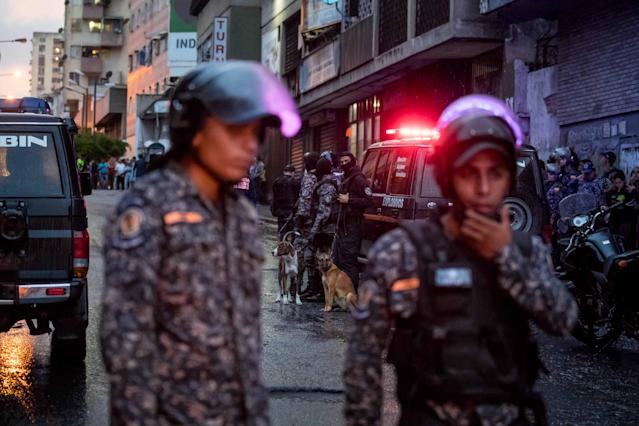 <p>Members of different security forces guard and take evidence of an explosion on 4 August 2018, in the city of Caracas, Venezuela. (Photo: Miguel Gutierrez/EFE via ZUMA Press) </p>