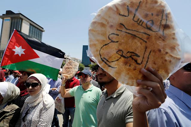 <p>Protesters chant slogans as they hold bread in front of the Labour Union offices in Amman, Jordan, June 6, 2018. (Photo: Muhammad Hamed/Reuters) </p>