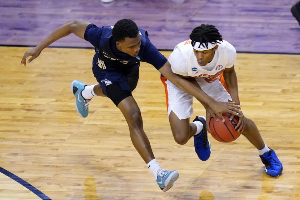 Oral Roberts guard Max Abmas, left, tries to steal the ball from Florida guard Tyree Appleby during the second half of a college basketball game in the second round of the NCAA tournament at Indiana Farmers Coliseum, Sunday, March 21, 2021 in Indianapolis. (AP Photo/AJ Mast)