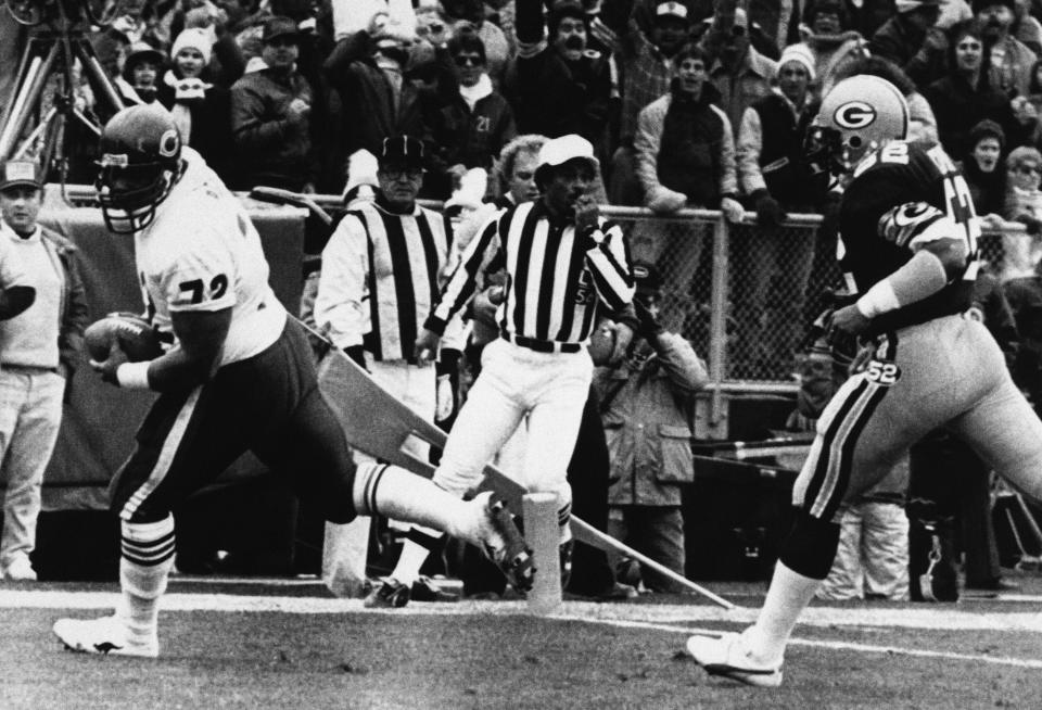 """Chicago's William """"The Refrigerator"""" Perry goes into the zone ahead of Green Bay's George Cumby (52) for a touchdown taking in a pass from quarterback Jim McMahon during second quarter action on Nov. 3, 1985 at Lambeau Field in Green Bay. (AP Photo/Mike Roemer)"""
