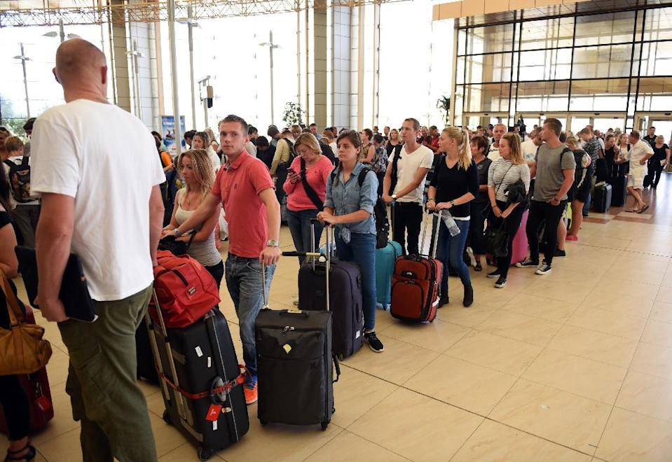 Tourists queue at check-in counters at Sharm El-Sheikh airport on November 6, 2015 (AFP Photo/Mohamed el-Shahed)
