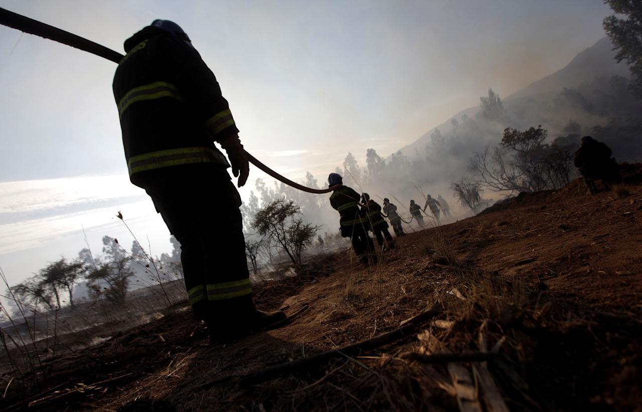 <p>Firefighters try to stop wildfires in Chile's central-south regions, in Portezuelo, Chile on Jan. 30, 2017. (REUTERS/Juan Gonzalez) </p>
