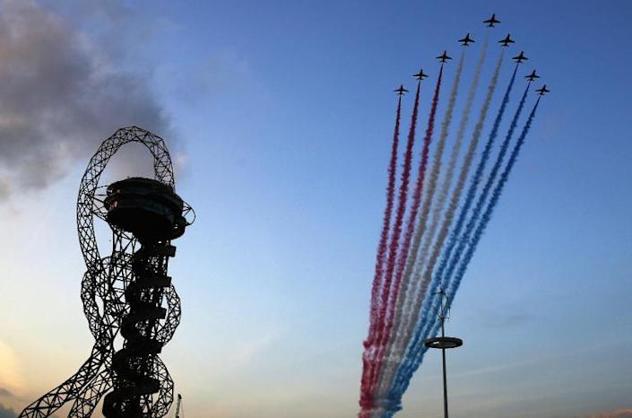 The Red Arrows fly past the ArcelorMittal Orbit during the opening ceremony of the Invictus Games at Queen Elizabeth II Park in London on September 10, 2014 (AFP Photo/Luke MacGregor)