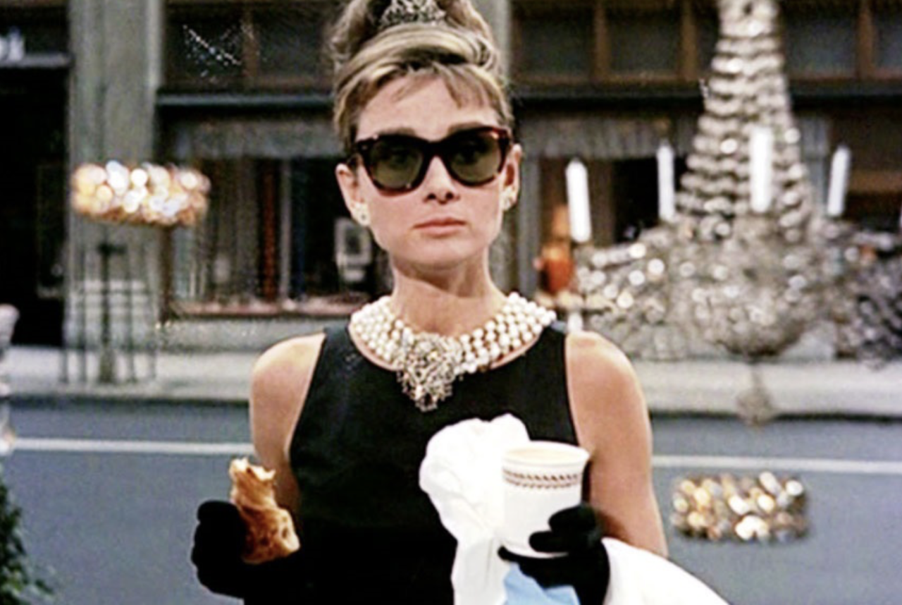 <p>Tratto dall'omonimo romanzo di Truman Capote del 1958, Colazione da Tiffany è la commedia romantica di Blake Edwards interpretata da Audrey Hepburn e George Peppard. L'elegante tubino nero con cui Holly Golightly guarda la vetrina di Tiffany è stato battuto all'asta di Londra nel 2006 alla cifra di 807.000 dollari. (web) </p>