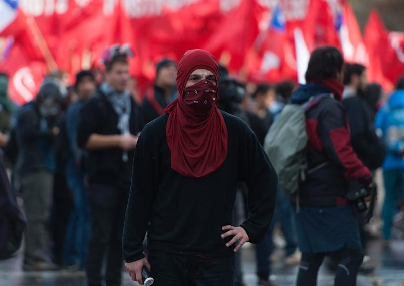 Students take part in a march against the Chilean government in Valparaiso on May 21, 2015 (AFP Photo/Vladimir Rodas)
