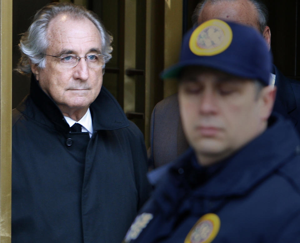 Accused swindler Bernard Madoff exits the Manhattan federal court house in New York January 14, 2009. Madoff can remain out on bail and under house arrest, a U.S. judge ruled on Wednesday, rejecting a government appeal to send him to jail.    REUTERS/Brendan McDermid (UNITED STATES)