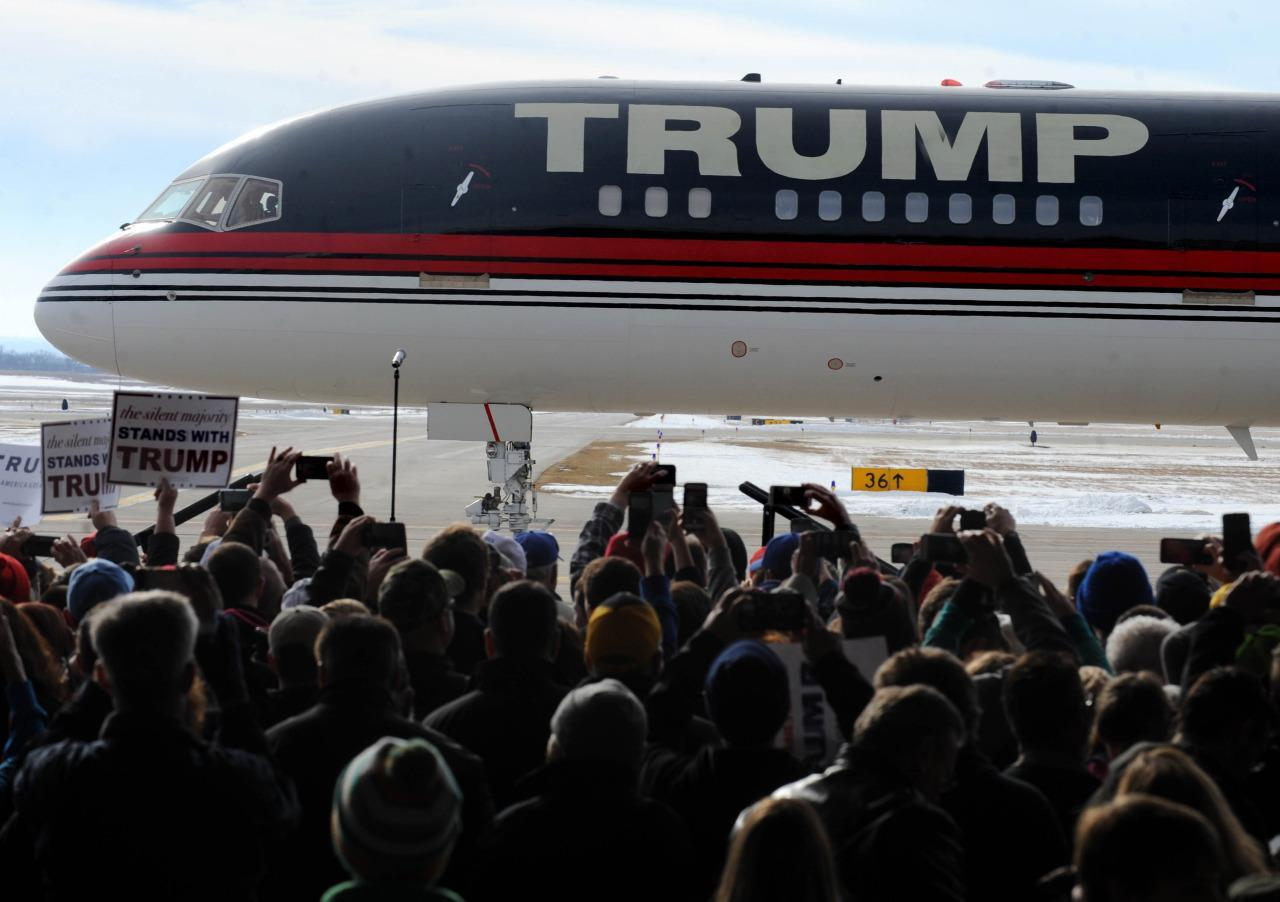 Donald Trump's plane pulls in to meet supporters in Dubuque, Iowa ...