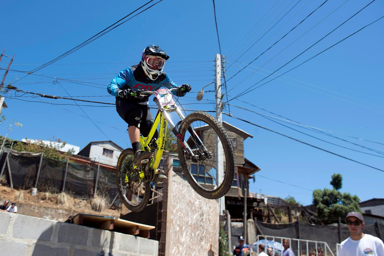 "A competitor rides his bike during the ""Valparaiso Cerro Abajo"" (Valparaiso downhill) urban mountain bike race, in Valparaiso, Chile February 19, 2017. REUTERS/Stringer EDITORIAL USE ONLY. NO RESALES. NO ARCHIVE"