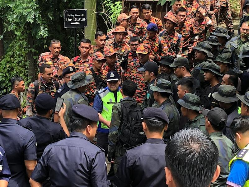 Datuk Mazlan Mansor meets the search and rescue team at The Dusun resort sub camp, to give a morale boost before they begin their search and rescue efforts August 11, 2019. — Picture courtesy of Royal Malaysian Police