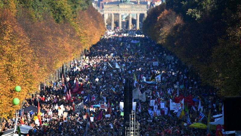 Tens of thousands stage anti-racism march in Berlin...