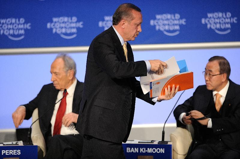 "Turkish Prime Minister Recep Tayyip Erdogan (C) leaves a debate with Israeli President Shimon Peres (L) called ""Gaza : The Case for Middle East Peace"" during the World Economic Forum in Davos, Swizterland, on January 29, 2009 (AFP Photo/Fabrice Coffrini)"