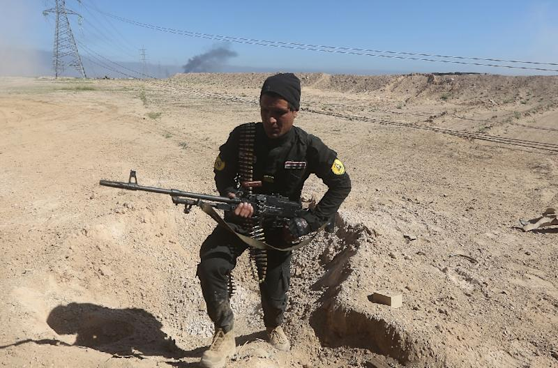 An Iraqi fighter of the government-controlled Popular Mobilisation units takes part in an operation to retake control of the city of Tikrit from jihadists of the Islamic state (IS) group, on March 11, 2015 (AFP Photo/Ahmad al-Rubaye)