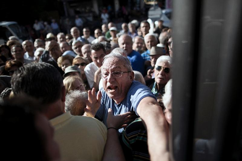 Elderly Greeks try to enter a National Bank of Greece branch in Athens, on July 1, 2015 (AFP Photo/Angelos Tzortzinis)