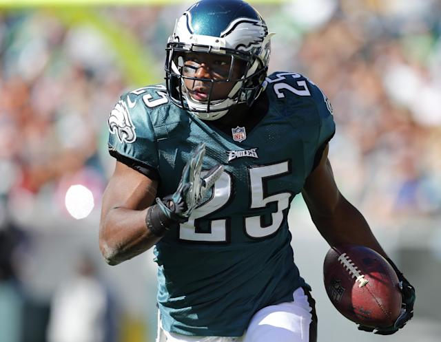 PHILADELPHIA, PA - OCTOBER 27: Running back LeSean McCoy #25 of the Philadelphia Eagles runs against the New York Giants during the first quarter of a game at Lincoln Financial Field on October 27, 2013 in Philadelphia, Pennsylvania. Vick recovered the fumble. (Photo by Rich Schultz /Getty Images)