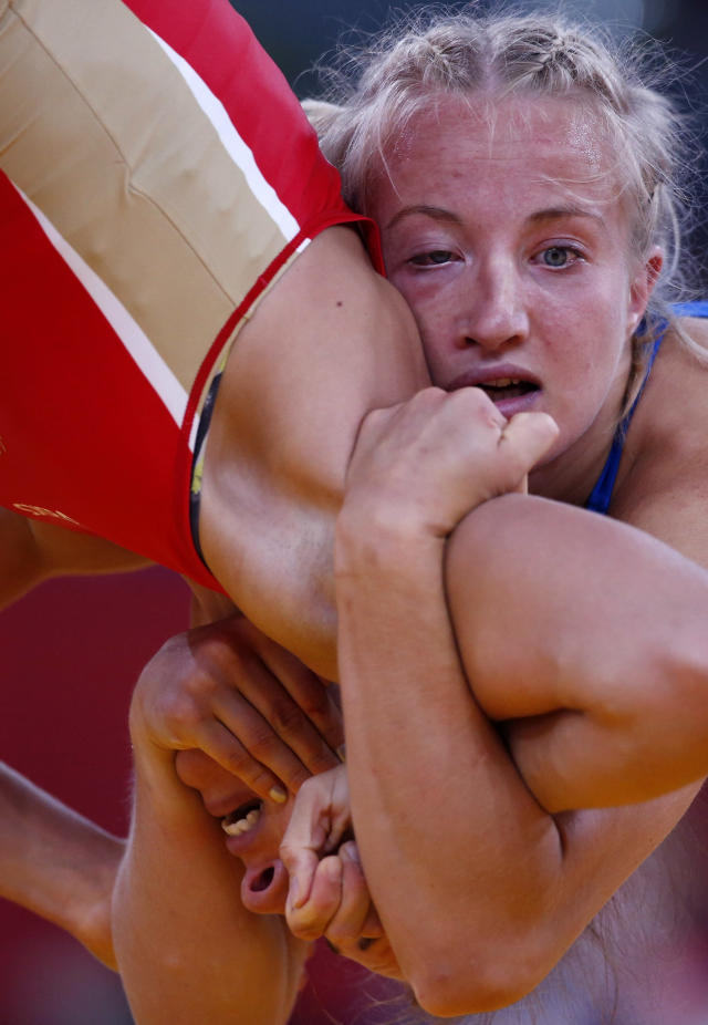 Sweden's Sofia Mattsson (in blue) fights with Russia's Valeriia Zholobova on the Women's 55Kg Freestyle wrestling at the ExCel venue during the London 2012 Olympic Games August 9, 2012. REUTERS/Suhaib Salem (BRITAIN - Tags: OLYMPICS SPORT WRESTLING)