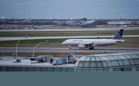 FILE PHOTO: A United Airline Airbus A320 aircraft lands at O'Hare International Airport in Chicago, Illinois, U.S. on April 11, 2017.  REUTERS/Kamil Krzaczynski/File Photo