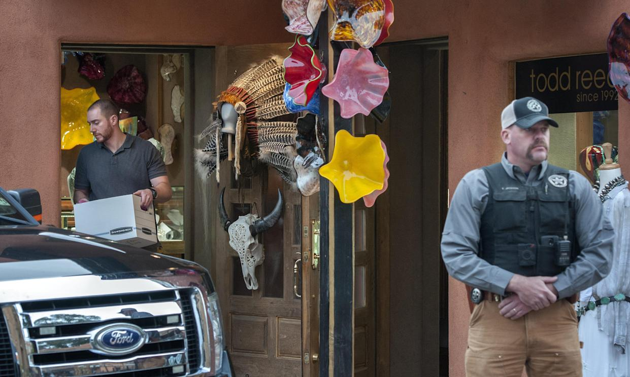 Fedral agents remove evidence from the Gold House Fine Jewelry store in Santa Fe, Oct. 28, 2015. (Photo: Eddie Moore/Albuquerque Journal via ZUMA Wire)
