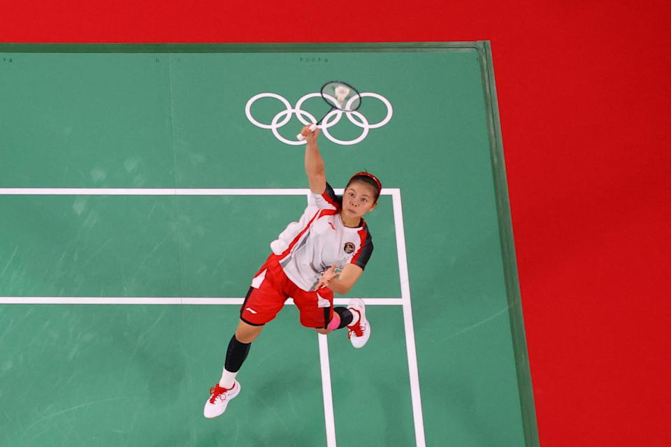 <p>Indonesia's Greysia Polii hits a shot next to Indonesia's Apriyani Rahayu in their women's doubles badminton final match against China's Jia Yifan and China's Chen Qingchen during the Tokyo 2020 Olympic Games at the Musashino Forest Sports Plaza in Tokyo on August 2, 2021. (Photo by LINTAO ZHANG / POOL / AFP)</p>
