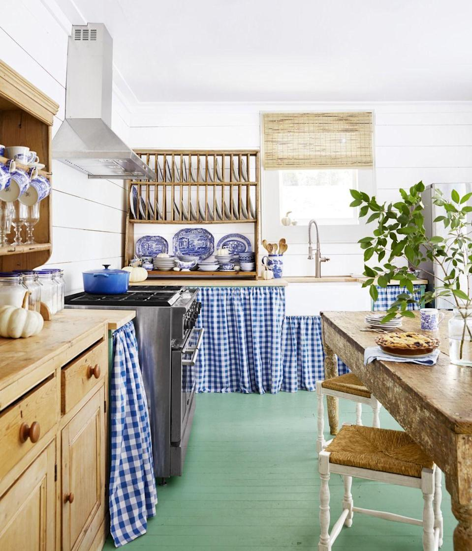 "<p>Vintage plate racks are coming back in a big way in 2020. Whether displayed on countertops or mounted on walls, they add a ton of soul to a space and give you an actual place to store and display your dishware instead of hiding it away in a hutch or cupboard. <br></p><p><a class=""link rapid-noclick-resp"" href=""https://www.amazon.com/Cotton-Clinic-Gingham-Cocktail-Generous/dp/B079ZTSN2V?tag=syn-yahoo-20&ascsubtag=%5Bartid%7C10050.g.3988%5Bsrc%7Cyahoo-us"" rel=""nofollow noopener"" target=""_blank"" data-ylk=""slk:SHOP BLUE GINGHAM NAPKINS"">SHOP BLUE GINGHAM NAPKINS</a></p>"