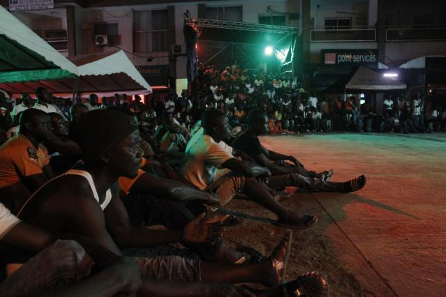 Ivory Coast's soccer fans watch the 2014 World Cup soccer match between Ivory Coast and Japan during a public viewing event in Abidjan June 15, 2014. REUTERS/Luc Gnago (IVORY COAST - Tags: SPORT SOCCER WORLD CUP SOCIETY)