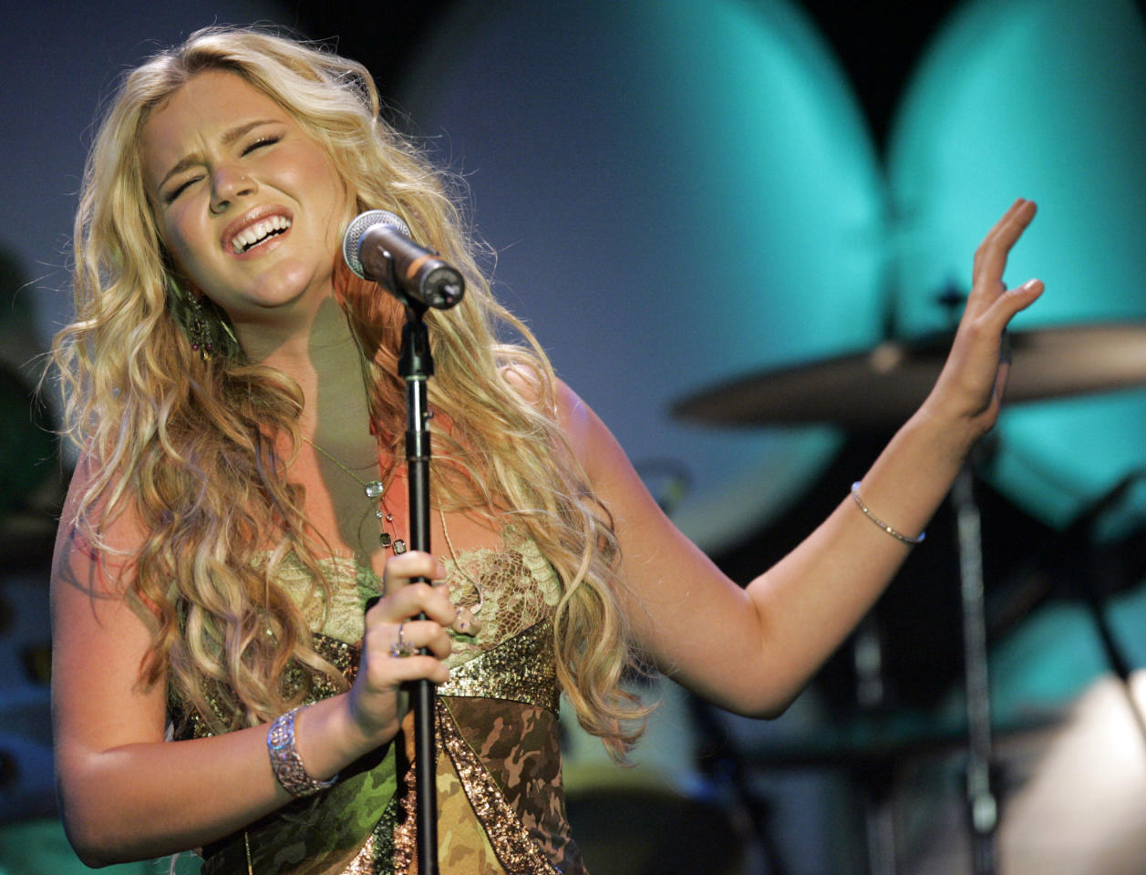 """Music recording artist Joss Stone performs Elton John's song """"Believe"""" at the 14th annual Ella awards at the Beverly Hilton hotel in Beverly Hills on October 10, 2005. Stone and other singers performed some of Elton John's biggest hits as a tribute to him for receiving the 2005 Ella award. REUTERS/Mario Anzuoni"""