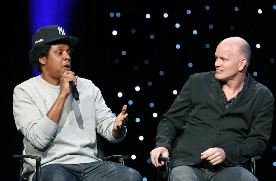 Rapper Jay Z fala com Mike Novogratz. (Foto: AP Photo/Kathy Willens)