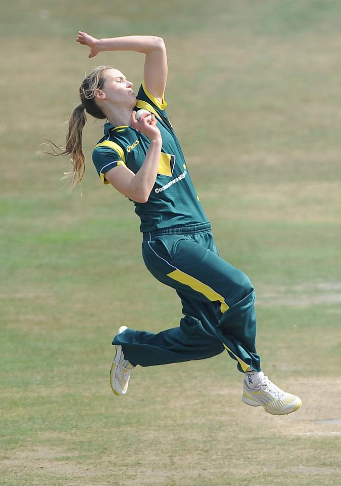 HOVE, ENGLAND - AUGUST 23: Ellyse Perry of Australia bowls during the England Women and Australia Women Ashes Series - 2nd NatWest ODI at The BrightonandHoveJobs.com County Ground on August 23, 2013 in Hove, England. (Photo by Charlie Crowhurst/Getty Images)