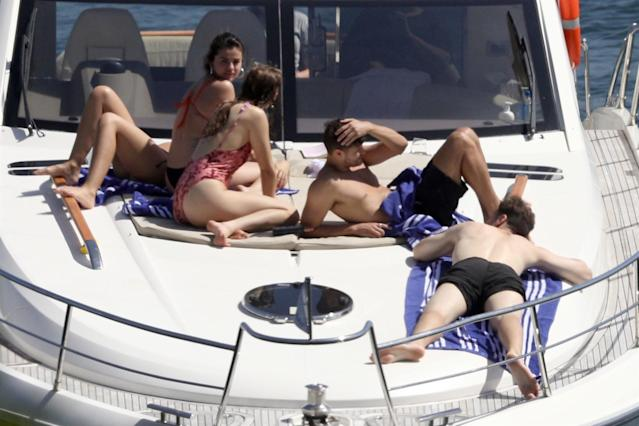 Selena's boat crew doesn't include Bieber. (Photo: Backgrid)