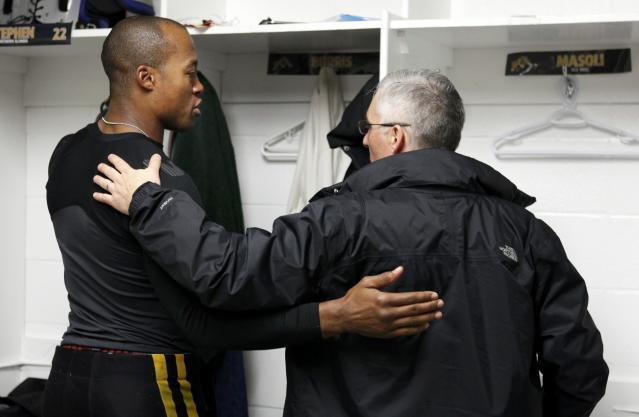 Hamilton Tiger-Cats quarterback Henry Burris (L) is consoled after the Tiger-Cats loss to the Saskatchewan Roughriders in the CFL's 101st Grey Cup championship football game in Regina, Saskatchewan November 24, 2013. REUTERS/David Stobbe (CANADA - Tags: SPORT FOOTBALL)