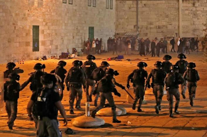 Israeli seurity forces advance amid clashes with Palestinian protesters at the al-Aqsa mosque compound in Jerusalem