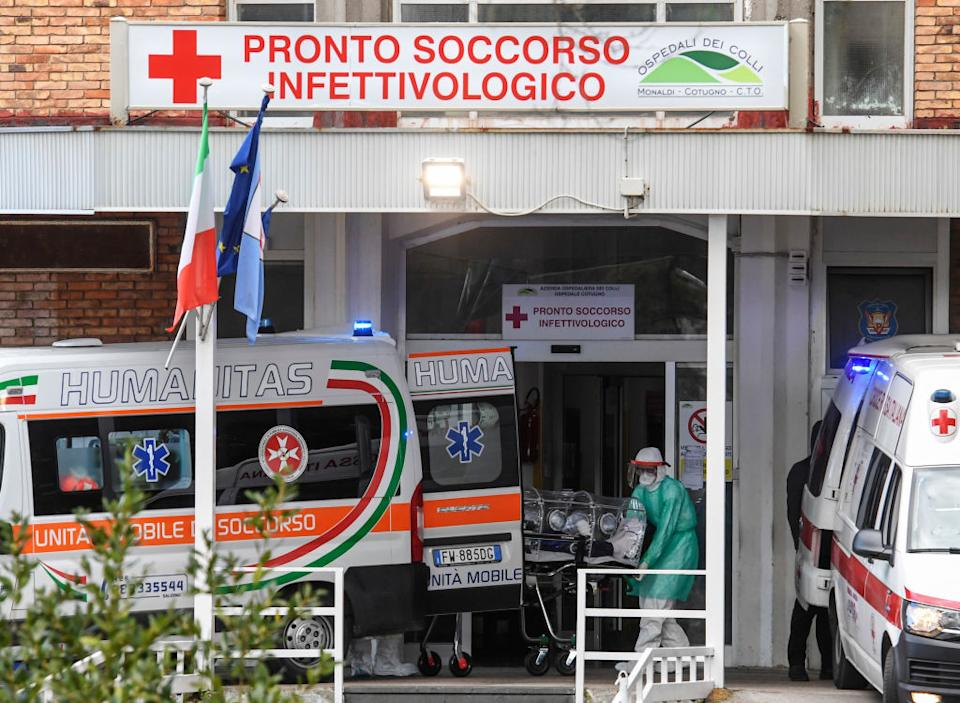 NAPLES, CAMPANIA, ITALY - 2020/03/04: Nurses carry a Coronavirus COVID-19 patient with a high bio-containment stretcher, to take him to the hospital ward where he will be treated. (Photo by Salvatore Laporta/KONTROLAB/LightRocket via Getty Images)