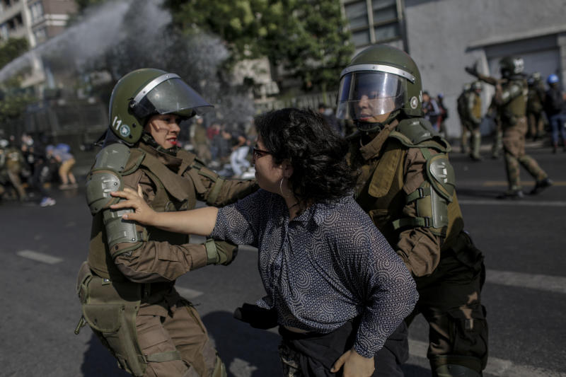 Police officersconfront a demonstrator during aprotest against Pope FrancisinSantiago on Tuesday. (NurPhoto via Getty Images)