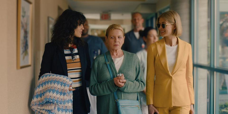 A wealthy elderly woman (Dianne Wiest, center) is the latest mark for a couple of high-end grifters (Eiza Gonzalez and Rosamund Pike) in