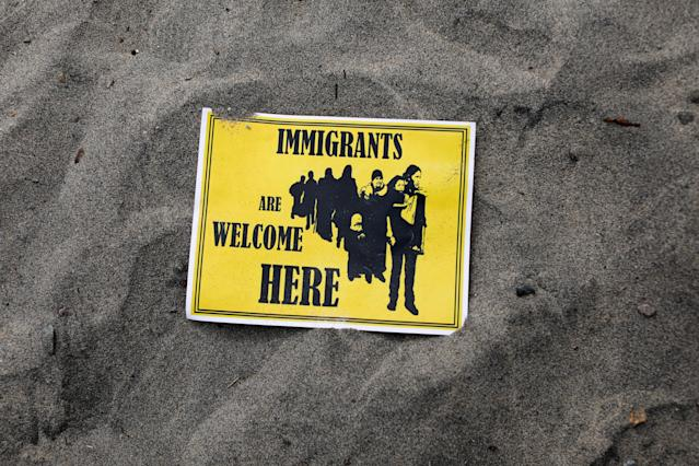 <p>A supporter's sign welcoming immigrants to the United States is seen on the beach after a caravan of migrants and supporters reached the United States-Mexico border near San Diego, California, April 29, 2018. (Photo: Mike Blake/Reuters) </p>