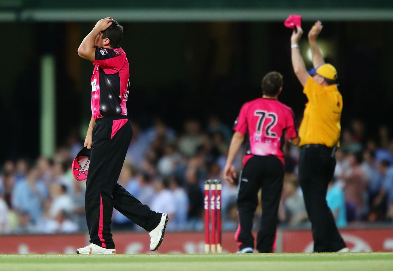 SYDNEY, AUSTRALIA - JANUARY 09:  Moises Henriques of the Sixers looks dejected after Alex Hales of the Renegades hits consecutive sixes during the Big Bash League match between the Sydney Sixers and the Melbourne Renegades at SCG on January 9, 2013 in Sydney, Australia.  (Photo by Brendon Thorne/Getty Images)